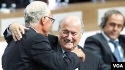 Presiden FIFA Joseph Blatter bereaksi ketika dipeluk oleh legendaris sepakbola Jerman Franz Beckenbauer, kiri, setelah terpilih kembali sebagai presiden FIFA di Zurich, Swiss, Rabu (1/6).