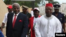 El vicepresidente de Sierra Leona Samuel Sam-Sumana, derecha, continúa con sus funciones desde su residencia. Entró en cuarentena por 21 días desde el domingo.