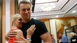 俄羅斯反對派領袖納瓦爾尼星期五獲釋後擁抱其妻子。