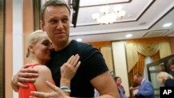 19일 석방된 알렉세이 나발니(오른쪽)과 아내와 포옹하고 있다.