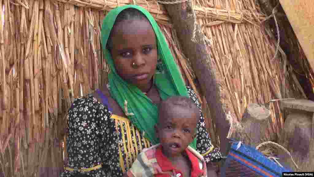 Chatou Chiwa et son fils Mamadou dans le camp de réfugiés d'Assaga, Diffa, Niger, le 18 avril 2017 (VOA/Nicolas Pinault)