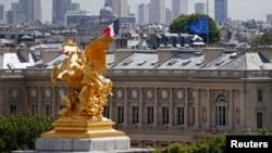 Cờ rủ của Pháp và Liên hiệp châu Âu treo trên Bến Orsay, Paris 28/7/14. Pháp treo cờ rủ trong 3 ngày tưởng niệm nạn nhân tai nạn phi cơ