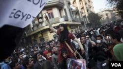 Para demonstran di Kairo tetap menuntut agar dewan militer yang berkuasa di Mesir segera mundur.