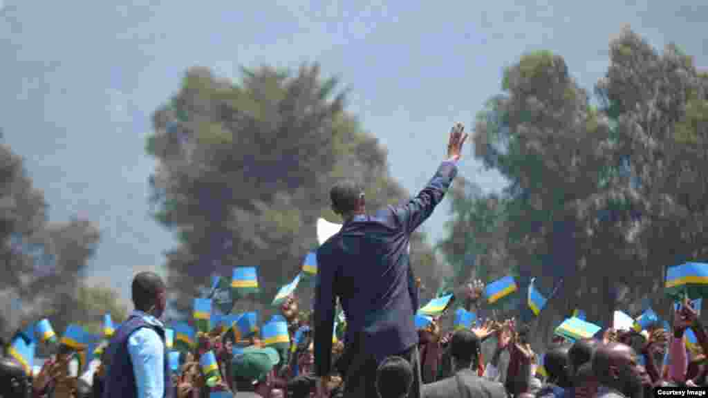Perezida Paul Kagame asuhuza abaturage