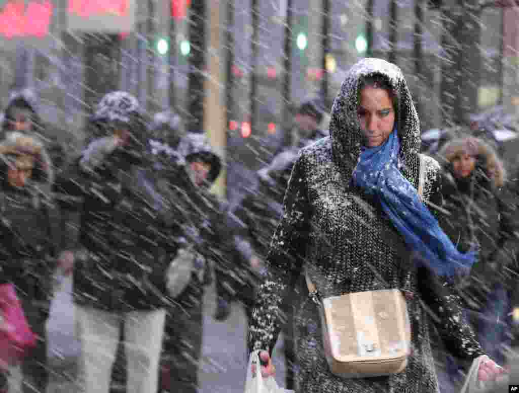 Pedestrians make their way through snow in New York, Jan. 26, 2015. More than 35 million people along the Philadelphia-to-Boston corridor rushed to get home and settle in as a fearsome storm swirled in with the potential of 1 to 3 feet of snow that could paralyze the Northeast for days.
