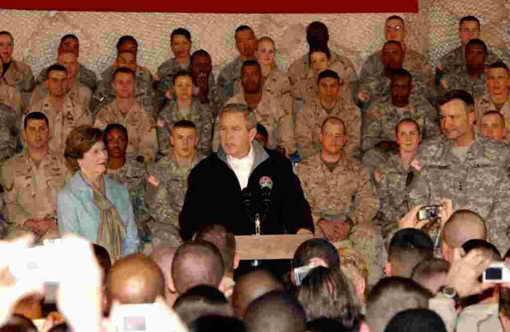 جورج بش، رییس جمهور پیشین ایالات متحده که به فرمان وی نظامیان امریکایی وارد افغانستان شدند، در مارچ ۲۰۰۶ همراه با همسرش لورا بش در پایگاه بگرام با نظامیان امریکایی دیدار کردند