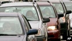 ARCHIVO - Esta foto de archivo del 15 de mayo del 2008 muestra a varias personas varadas en el tráfico en Chicago. (AP Foto/Charles Rex Arbogast, Archivo).