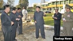 북한 김정은 국방위원회 제1위원장이 평양 문수지구의 아동병원 건설현장을 돌아봤다고 조선중앙통신이 6일 보도했다. 일부 언론은 이 사진에 명백한 조작의 흔적이 있다고 주장했다.