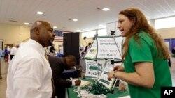 Cựu chiến binh thuộc Lực lượng Không quân Hoa Kỳ (trái) đến một Hội chợ Việc làm ở Fort Lauderdale, tiểu bang Florida.