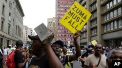 Des membres de l'ANC manifestent près du siège du parti à Johannesburg, le 5 février 2018