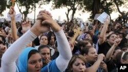 """埃及基督徒和穆斯林5月8日在开罗市中心高呼""""穆斯林与基督徒手拉手""""的口号"""