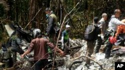 18일 인도네시아 구조팀이 여객기 추락 현장에서 사고 현장을 수색하고 있다.