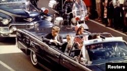 Tổng thống John Kennedy và Đệ nhất Phu nhân Jacqueline Kennedy trong 1 chiếc xe chở tổng thống mui trần, di chuyển giữa đoàn hộ tống vào khoảnh khắc trước khi ông bị ám sát, 22/11/1963.