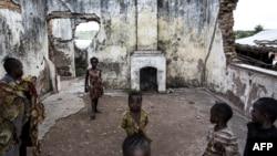 ڈیموکریٹک ری پبلک آف کانگو میں مہاجرین کے ایک کیمپ میں واقع تباہ گھر کے کھنڈر میں بچے کھیل رہے ہیں۔ (فائل فوٹو)