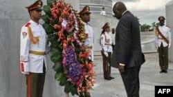 Le Premier ministre de la Guinée-Bissau, Aristide Gomes, dépose une couronne au monument Jose Marti des héros nationaux cubains à la Place de la Révolution à La Havane, le 29 janvier 2007.