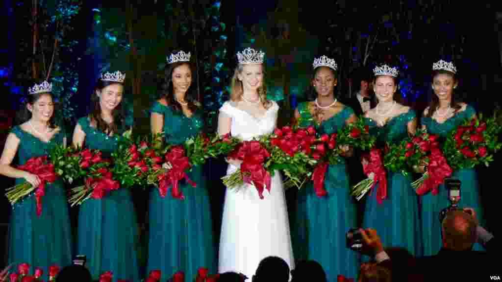 新科玫瑰皇后与六位公主(美国之音国符拍摄)