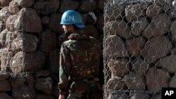7일 골란고원과 시리아 사이에 걸쳐있는 쿠네이트라 지역 근처, 유엔 기지 안 대피처에 유엔군 병사가 서 있다.