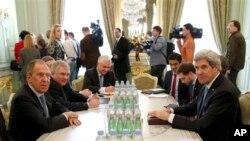 El canciller ruso, Sergei Lavrov, y el secretario de Estado, John Kerry, se reunieron en París.
