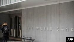 একজন ব্যক্তি ওয়াশিংটন-ভিত্তিক বৈশ্বিক উন্নয়ন দাতা, দ্য ওয়ার্ল্ড ব্যাংক ভবনে প্রবেশ করছেন। ১৯ জানুয়ারি ২০১৯।