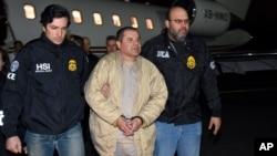 """Raja narkoba Meksiko, Jaquin """"El Chapo"""" Guzman (tengah) saat dibawa polisi AS (foto: dok)."""