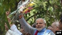 지난 17일 인도 구자라트를 방문한 나렌드라 모디 차기 총리가 지지자들에게 손을 흔들고 있다.