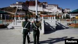 中國士兵在拉薩布達拉宮前舉行換崗儀式。(2020年10月15日)