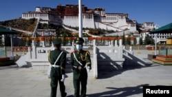 资料照:中国士兵在拉萨布达拉宫前举行换岗仪式。(2020年10月15日)