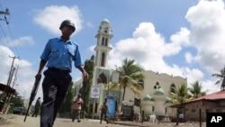 Un policier kényan devant la mosquée Masjid Musa de Mombasa, Kenya, le 4 octovre 2013