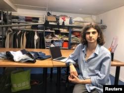 Mahasiswa desain busana Hugo Castejon-Blanchard dari Institut Francais de la Mode, di sebuah bengkel kerja di Antony, dekat Paris, Perancis, 11 Juni 2021. (REUTERS/Michaela Cabrera)