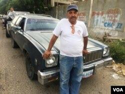 Rafael Corona, de 60 años, dice que puede vender su vieja camioneta por lo mismo que le costó reparar su motor: 500 dólares.