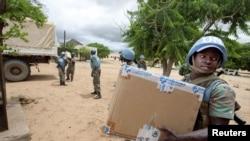 Petugas keamanan PBB membagikan bantuan pangan di Darfur bagian utara (foto: dok).
