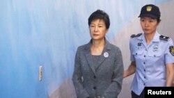 韓聯社週一報導說,朴槿惠已經提交了一份棄權書,顯然推翻了她妹妹週五提出的上訴。