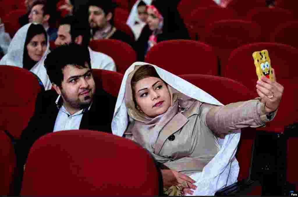 عکس سلفی زوج دانشجو در مراسم جشن ازدواج دانشجویی در دانشگاه امیرکبیر