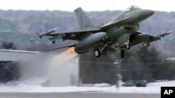 Một chiếc chiến đấu cơ F-16 cất cánh.
