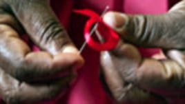 A Kenyan woman prepares ribbons ahead of World Aids Day at Beacon of Hope center, a non-government organization formed to address women's problem of HIV/AIDS in Nairobi (File)