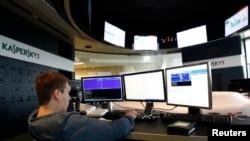 俄罗斯网络安全公司卡巴斯基实验室莫斯科总部的一名员工。(资料照)