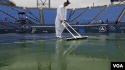 Cannchas mojadas, sin tenistas y sin público. El US Open vive su segunda jornada con suspensiones por el clima.