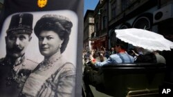 Turisti u replici automobila u kojem su ubijeni austrougarski prestolonaslednik Franc Ferdinand i nejgova supruga Sofija, ispred muzeja u Sarajevu