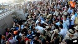 Tentara Mesir menanggapi bentrokan antara pendukung dan penentang Presiden Mohammed Morsi di Iskandarsyah, Mesir (13/9).