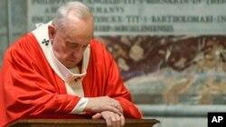 Paus Fransiskus berdoa dalam Misa Minggu Palem di Basilika Santo Petrus, Vatikan, Minggu (5/4).