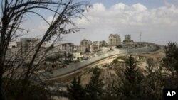 以色列在东耶路撒冷有争议的隔离墙后的巴勒斯坦难民营