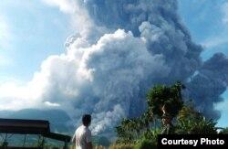 Gunung Sinabung di Sumatera Utara yang terus aktif sampai saat ini. (Foto: BNPB)