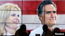 Peserta konvensi menikmati makan siang dengan pizza di depan layar lebar bergambar Capres Mitt Romney dan isterinya, Ann Romney di Tampa, Florida (28/8).