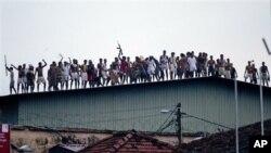 9일 교도소 지붕위에서 보안요원들과 대치중인 재소자들