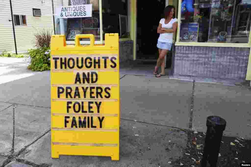 """""""Ми думаємо та молимося за родину Фоулі"""" - знак біля магазину у рідному місті Джеймса Фоулі, американського журналіста, якого звіряче стратили бойовики фанатичного угрупування """"Ісламська держава""""."""