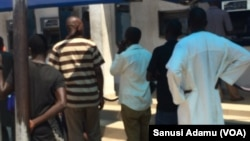 Mutane na kan layi domin cire kudi a naurar ATM a Yola