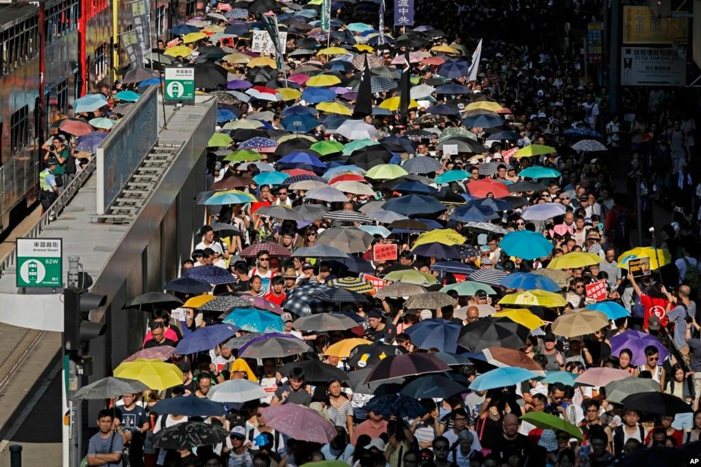 8月20日,数以万计的香港人冒着35度的高温和高湿走上街头,参加社民连等多个政党和团体发起的从湾仔至中环终审法院的大游行,声援过去一周被上诉庭改判加刑监禁的闯公民广场案双学三子及闯立法会案的13名抗争者,抗议政府政治检控,撕裂社会
