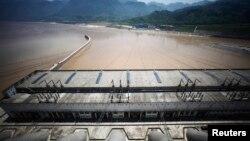Ảnh tư liệu đập Tam Hiệp trên sông Dương Tử ở tỉnh Hồ Bắc, Trung Quốc. Băng dương và những khối tuyết lớn ở đỉnh núi bị tan chảy đe dọa tới những dự án cơ sở hạ tầng qui mô lớn, như đập Tam Hiệp và đường xe lửa nối Trung Quốc với Tây Tạng.