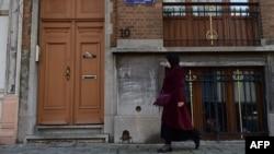 比利时警方在布鲁塞尔的一个公寓时发现巴黎袭击一名在逃嫌疑人的指纹。(2016年1月8日)