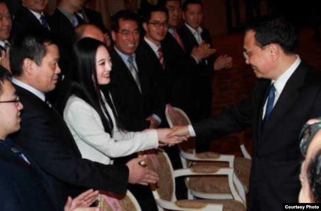 张慧君和李克强握手的照片